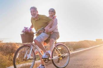Pareja de ancianos anda en bicicleta