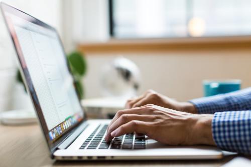Persona usando ordenador computadora portatil