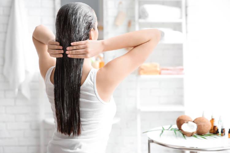 mujer aplicando tratamiento a su cabello