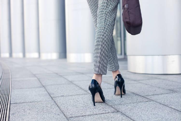 Una mujer caminando con tacones