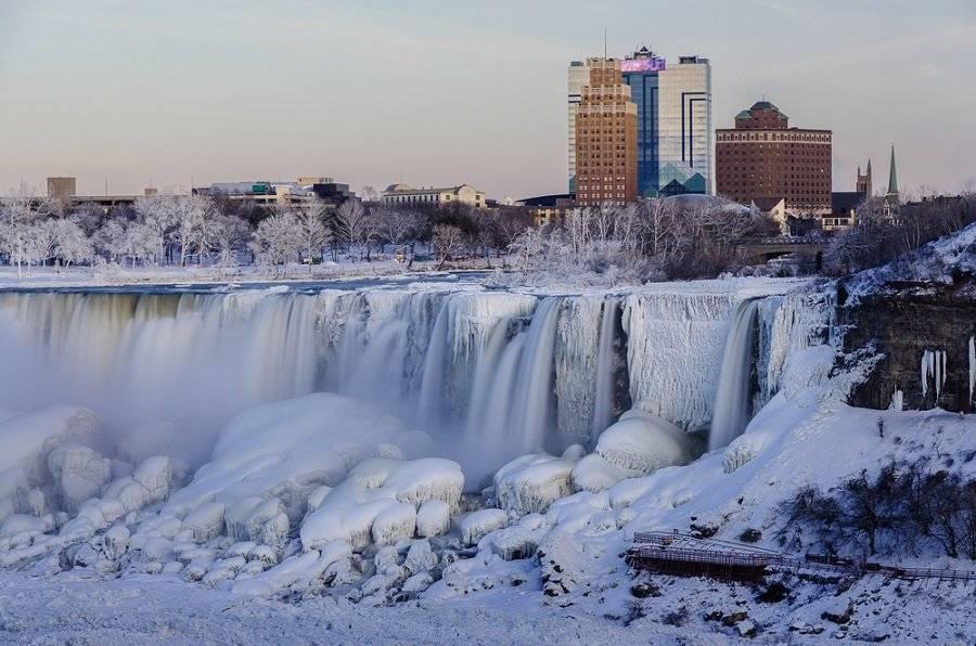 La preocupante tormenta invernal que azota Estados Unidos congeló las cataratas del Niágara
