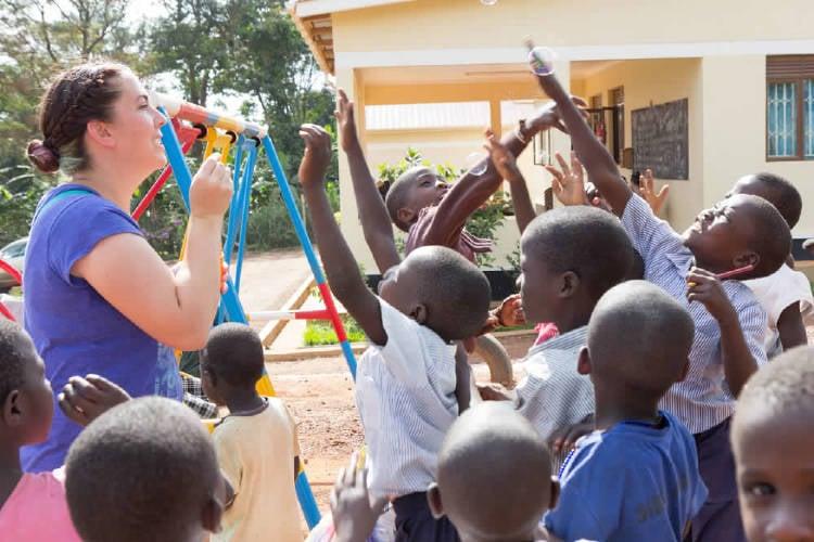 voluntaria juega con niños