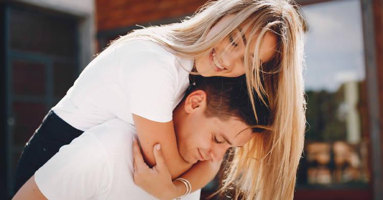 pareja heterosexual abrazandose al aire libre