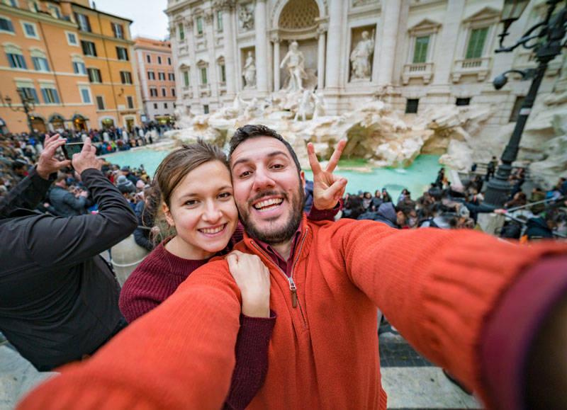 ¿Quieres fotos románticas pero no tienes pareja? ¡En Roma puedes contratar un tour de fotos con novio incluido!
