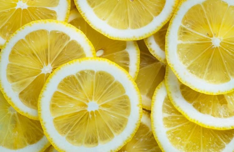 Por qué es bueno para la salud tomar agua con limón