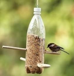 Cómo hacer casas para pájaros con botellas de plástico