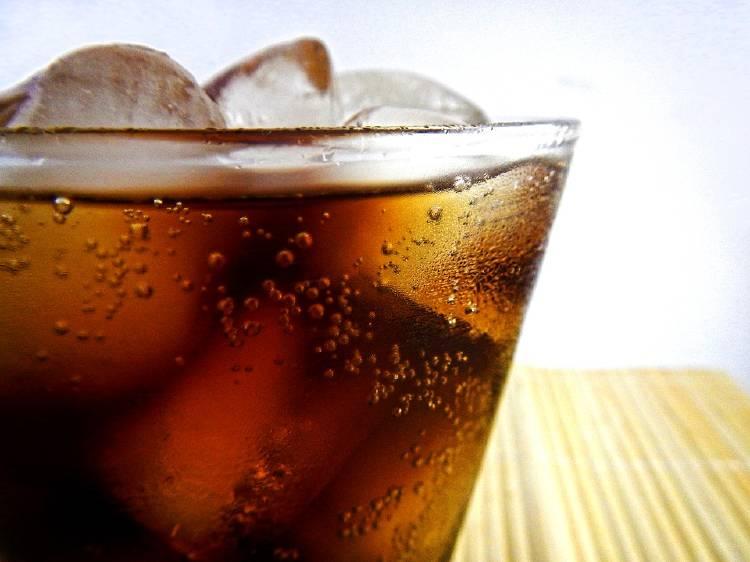 refresco gaseosa con hielo