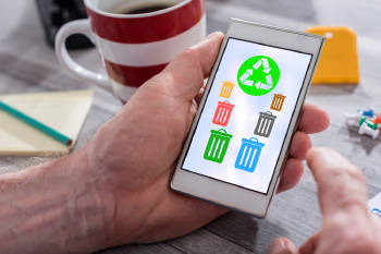 Un hombre mira como reciclar en su celular