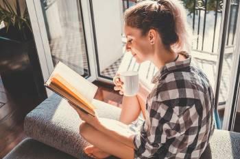 mujer leyendo al sol