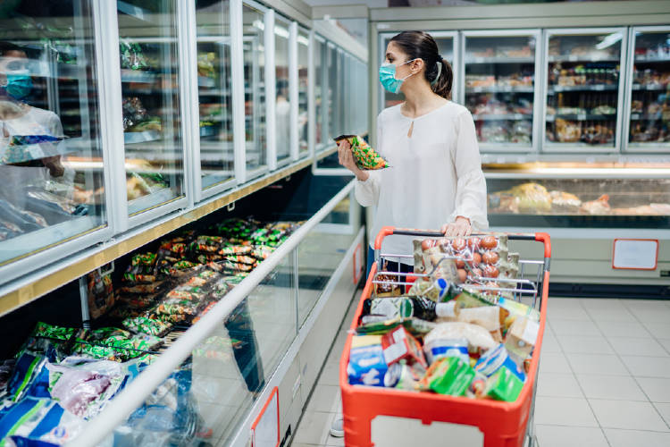 mujer compras supermercado