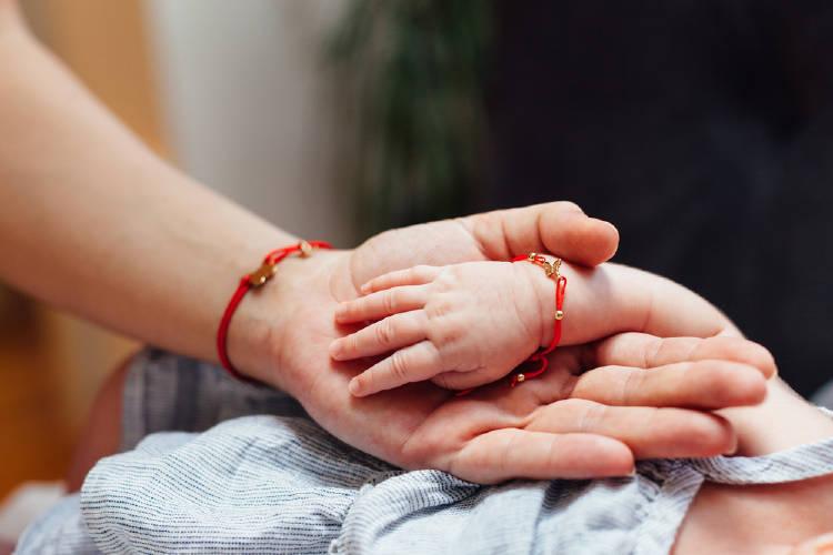 mama bebe con hilo rojo