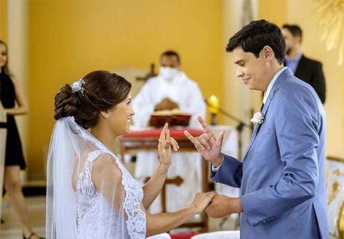 Un sacerdote ofició boda en lenguaje de señas para una pareja sorda