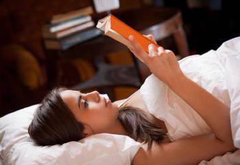 Una mujer leyendo en la cama