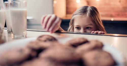 Creyó que su hija se robaba las galletas, pero se llevó una sorpresa