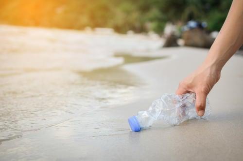 Tiene 85 años y limpia la basura que encuentra en una playa italiana