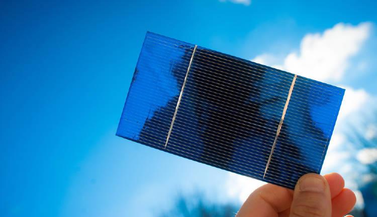 Una persona sostiene una celda solar
