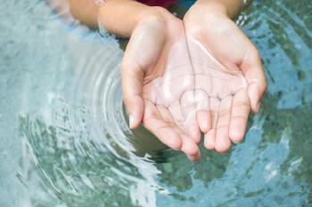 Agua en las manos