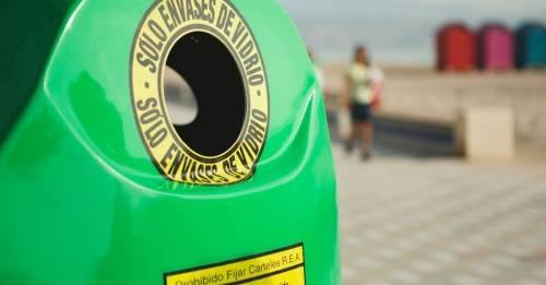 Un proyecto brasileño busca convertir contenedores de vidrio en refugios
