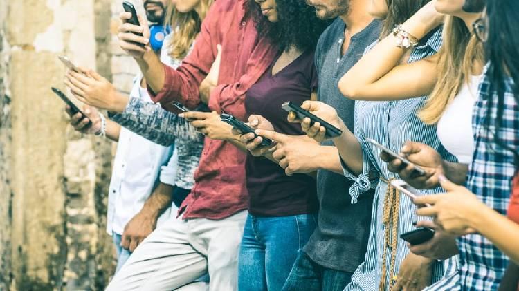 grupo de jovenes usando smartphones