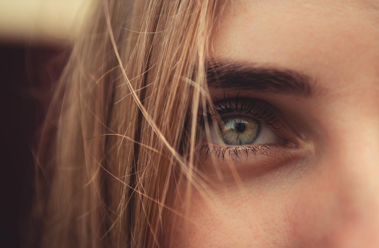 Me tiembla el ojo derecho: ¿Qué significa?