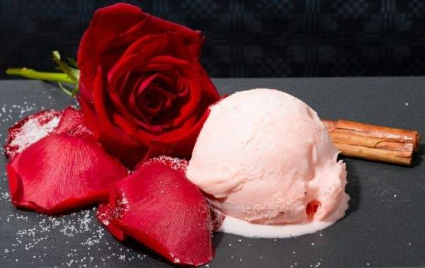 Helado de pétalos de rosa
