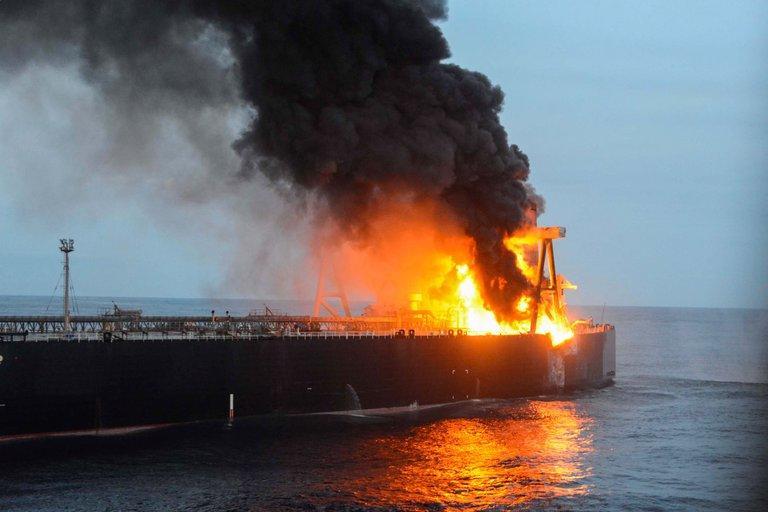 Se incendia un carguero lleno de productos químicos en la costa de Sri Lanka