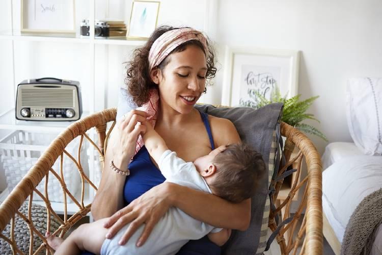 Una mujer amamanta a un niño