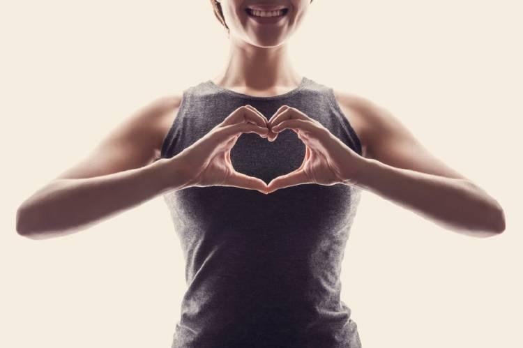 Manos en forma de corazón que indican amor