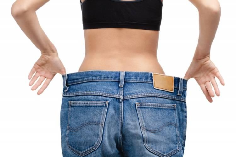 Una mujer muestra que adelgazó usando un jean varios talles más grande