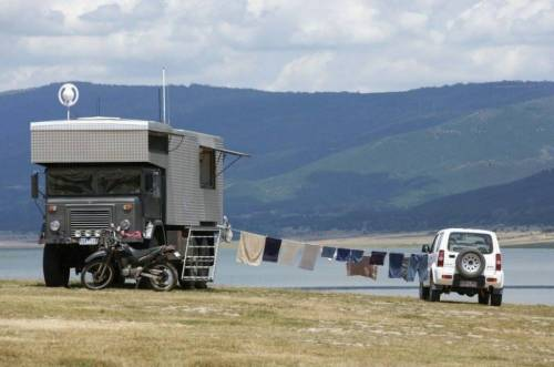 Este hombre dejó todo y construyó una casa en un camión para vivir en sitio..