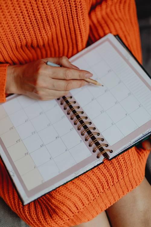 Una mujer usando una agenda