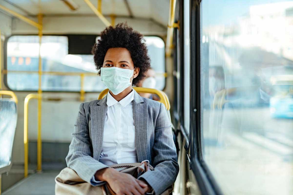 Coronavirus: cómo reducir el riesgo de contagio al viajar en transporte público