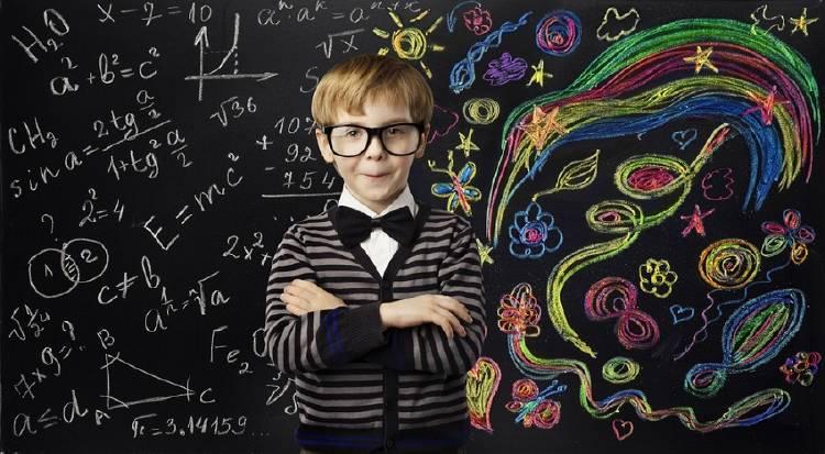 niño inteligente con lentes estudiando matematica y artes