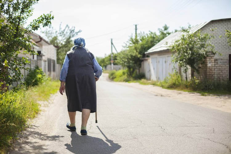 mujer Anciana caminando