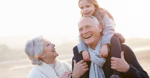 Abuelos caminando con su nieta
