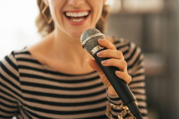 mujer microfono
