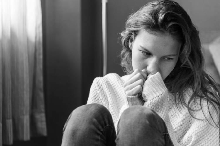 Una mujer con expresión de tristeza