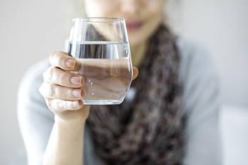 Una mujer bebe agua