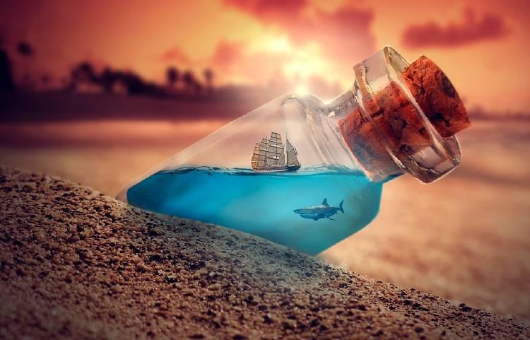 barco en una botella de vidrio con un tiburón