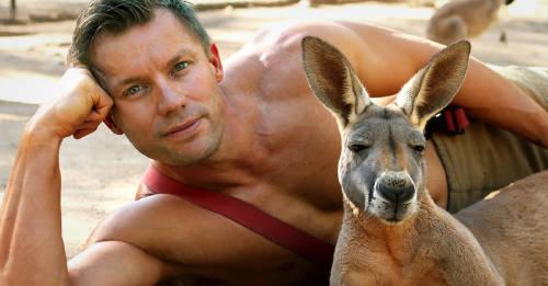 Bomberos australianos posan con animales por una buena causa
