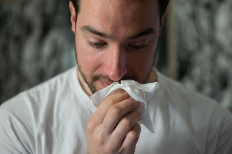cara-hinchada-de-un-solo-lado-alergia-unsplash