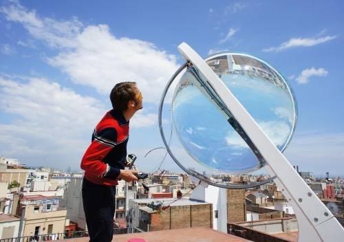 Placas esféricas que obtienen energía del sol y también de la luna