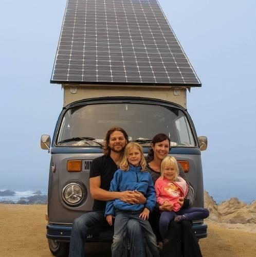 Una familia convierte una furgoneta VW en eléctrica con un gran panel solar