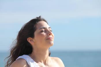 Una mujer disfrutando del sol y el aire fresco