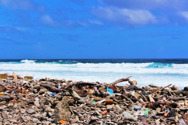 Plástico en la orilla del mar