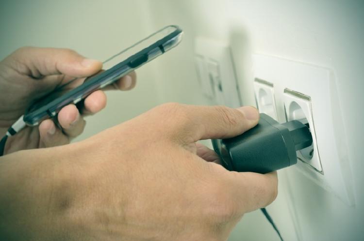 No se aconseja cargar el teléfono celular durante la noche