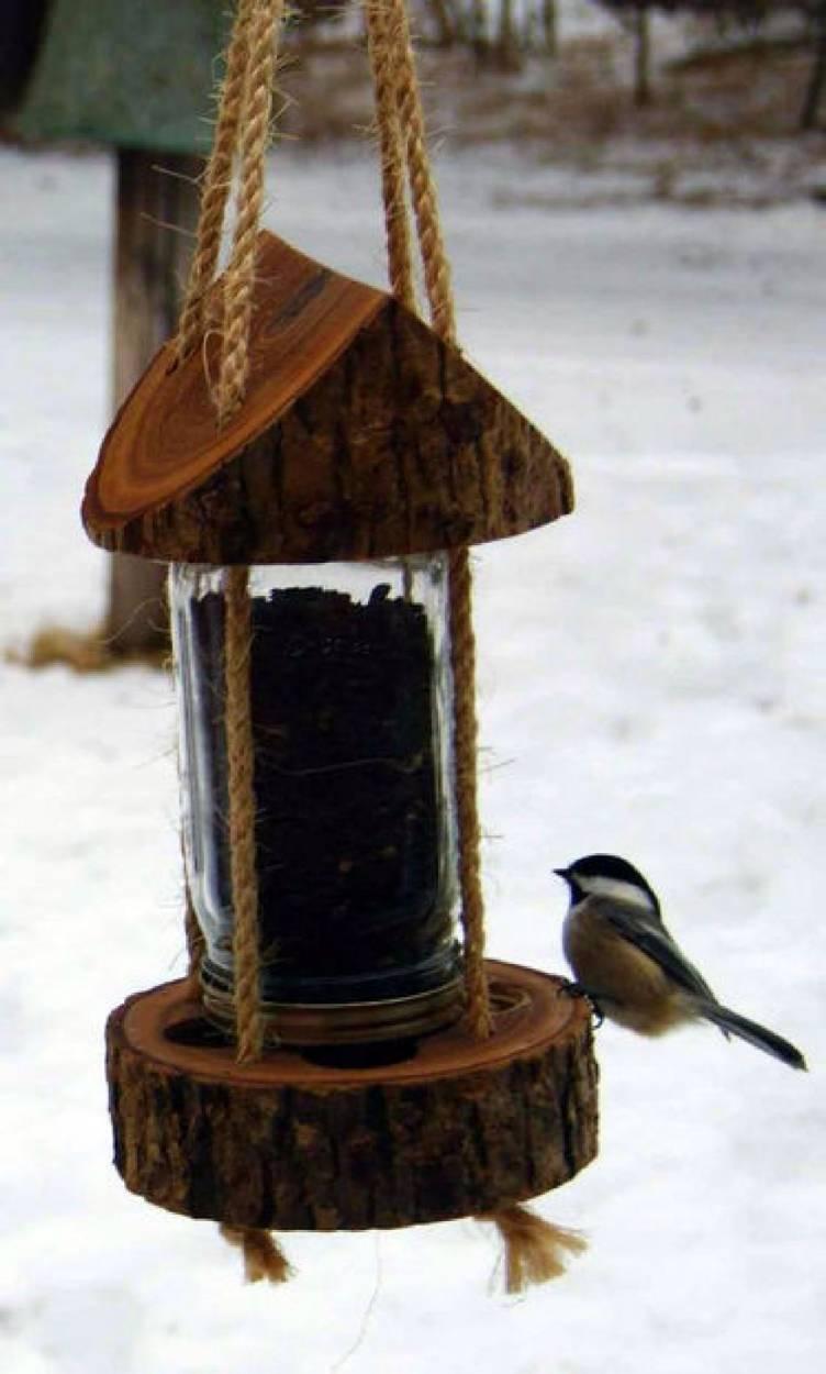 Cómo hacer un comedero para aves con un tronco y un frasco de vidrio