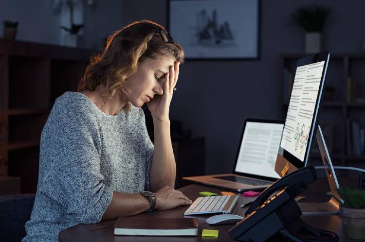 mujer oficina noche