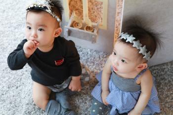 Gemelos bebés juntos