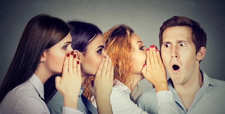 personas compartiendo chismes secretos